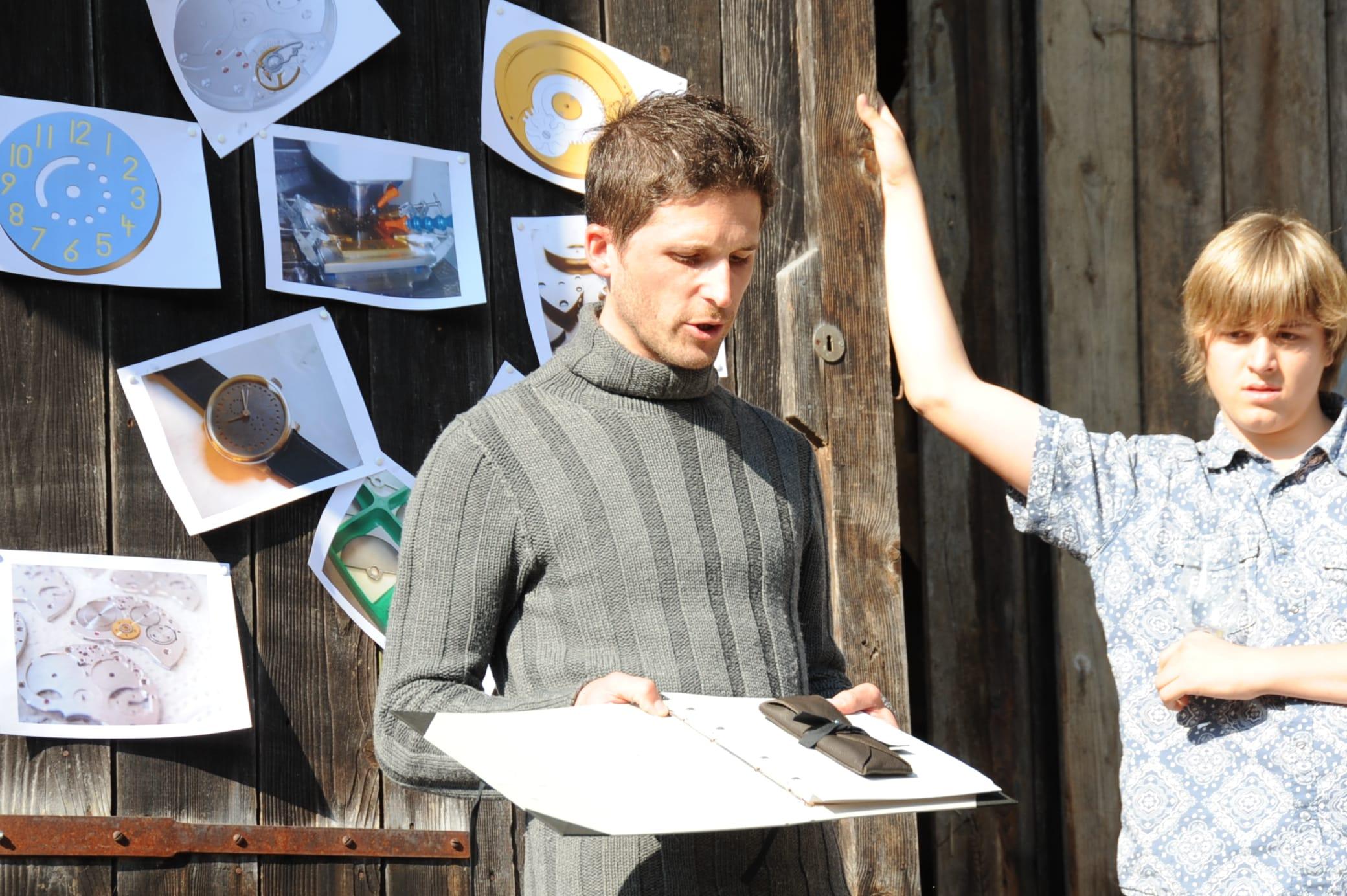 Handgemachter Pappkarton von Mario Cilurzo aus Ebikon, das Lederetui aus Ecopell-Naturleder von Margareta Theiler in Zürich genäht.