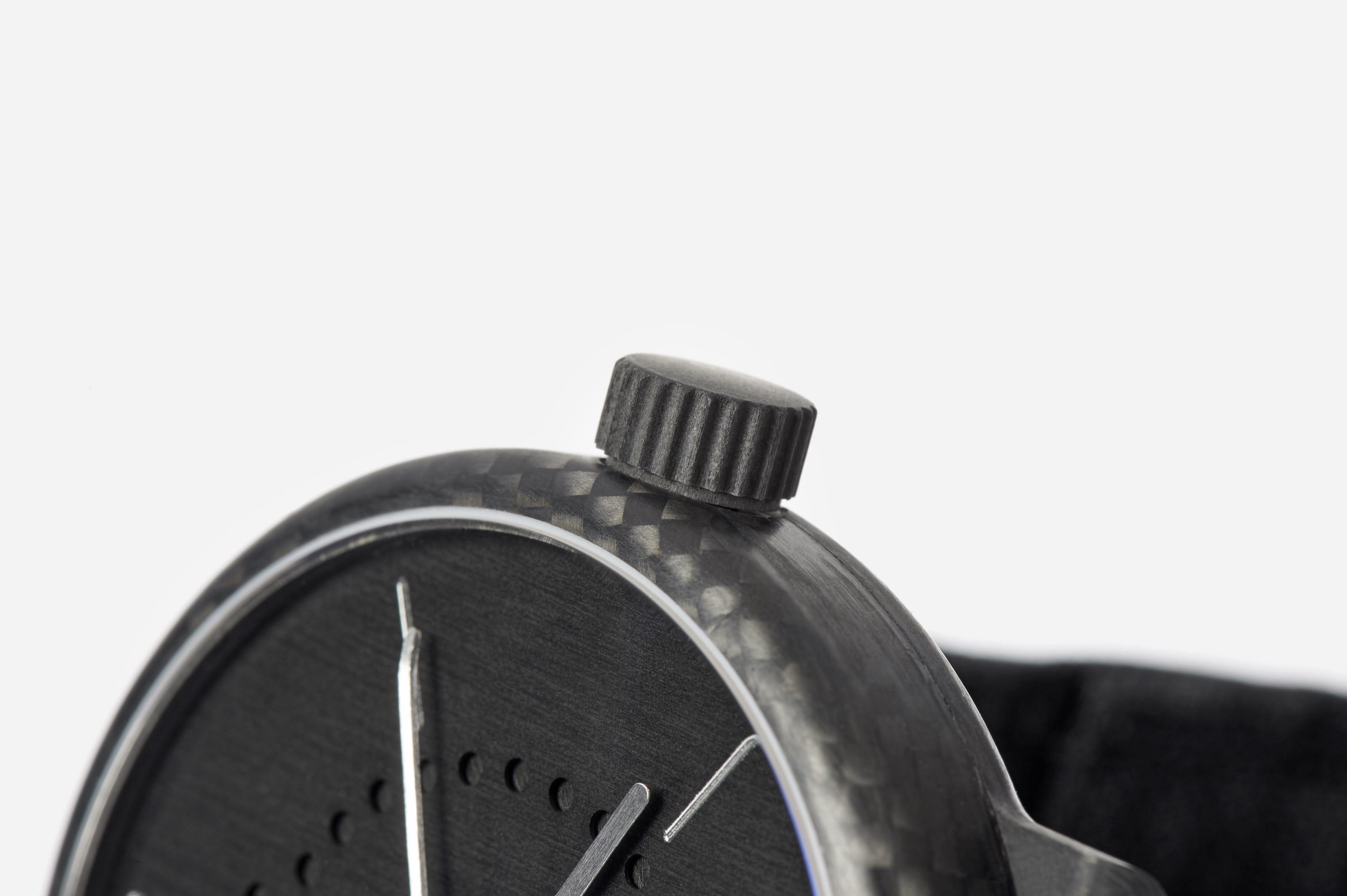 annual-calendar-watch-carbon-fiber-crown-ochs-und-junior_RGB-3198px