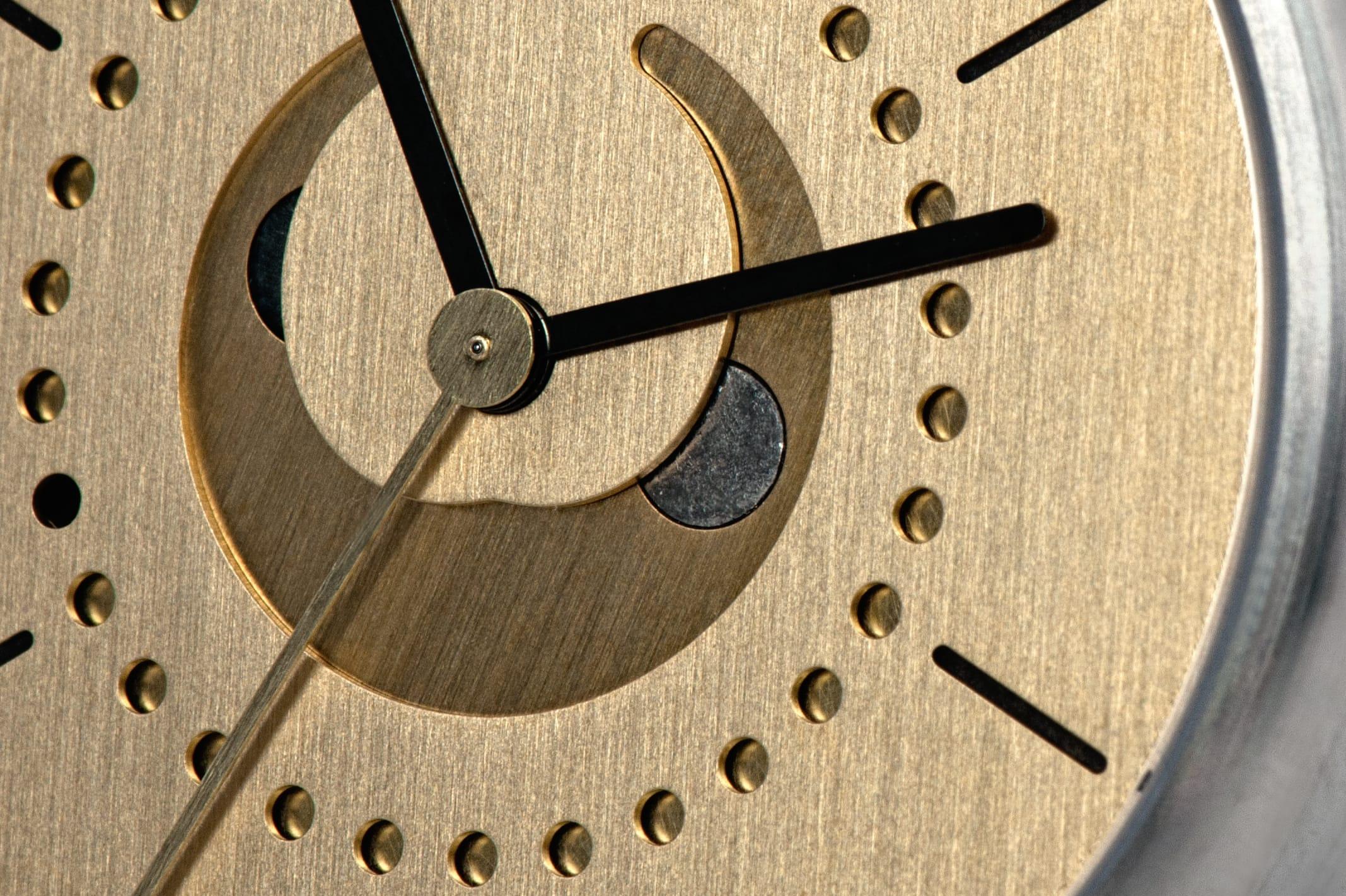 moon-phase-watch-brass-ochs-und-junior-zoom-on-moon