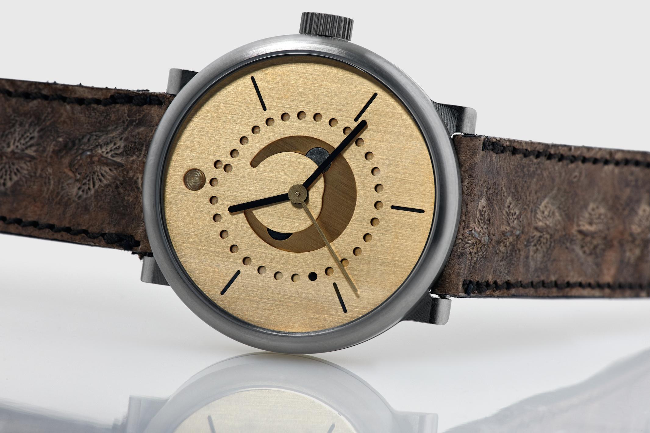 moon-phase-watch-ochs-und-junior-brass-42mm-BEA3089_RGB