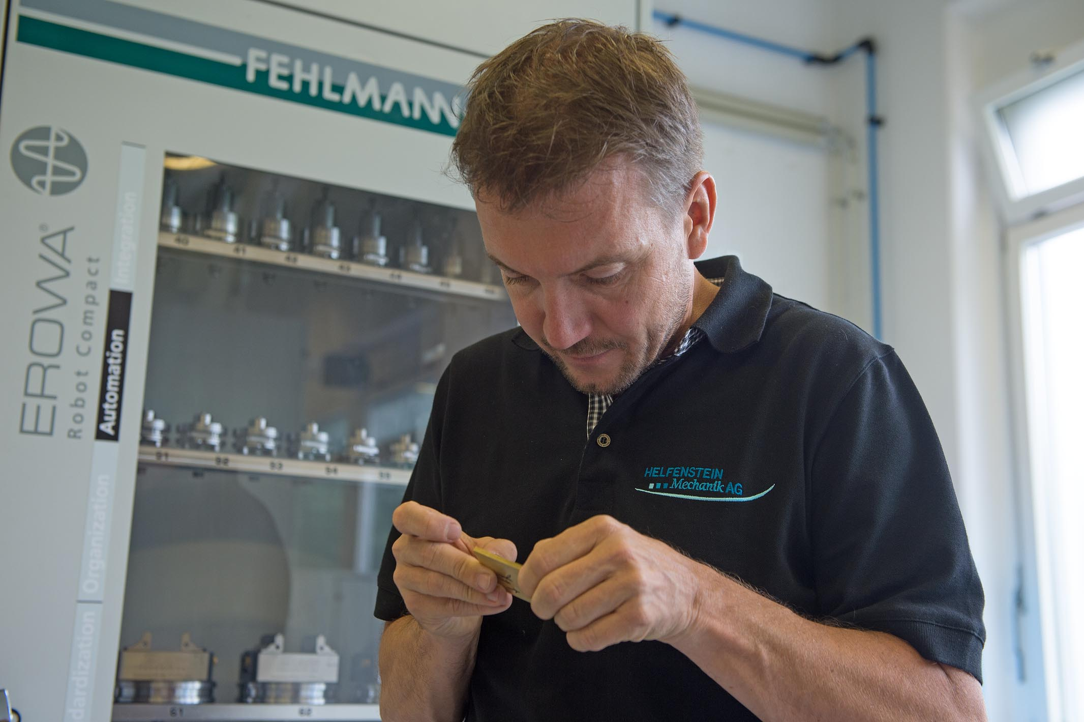 CEO Reto Helfenstein, too, assesses the machining, before the processing continues.